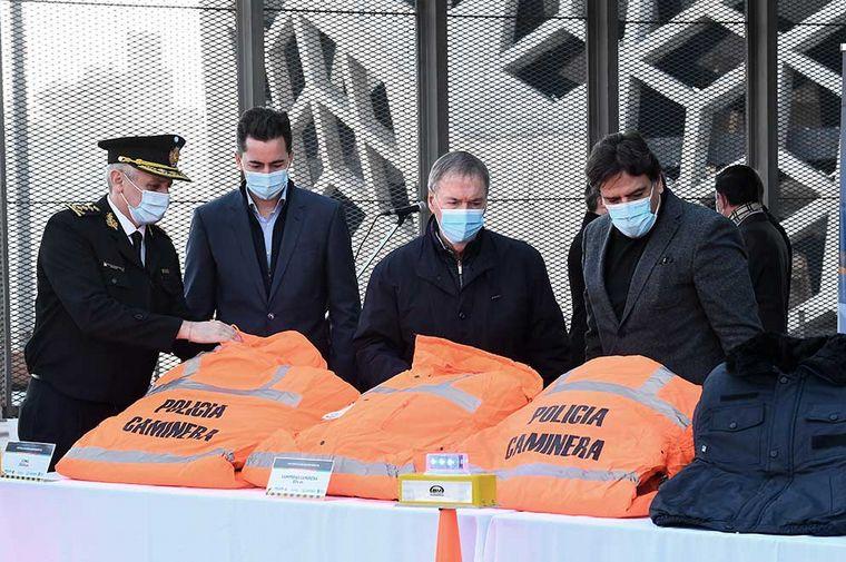 FOTO: Schiaretti entregó equipamento a la Policía