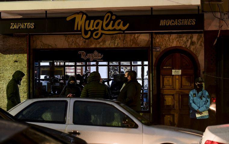 FOTO: Así quedó el zapatero Juan Muglia, quien fue baleado en una mano.