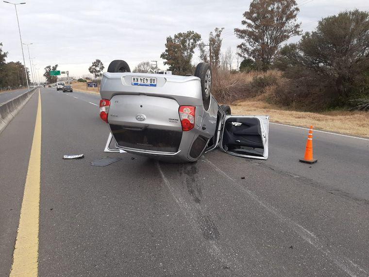 FOTO: Producto del impacto, el auto volcó y quedó acostado sobre la calzada.