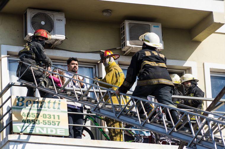 FOTO: Incendio en Ramos Mejía,Buenos Aires: tres muertos. (FOTO @uliseslenz)