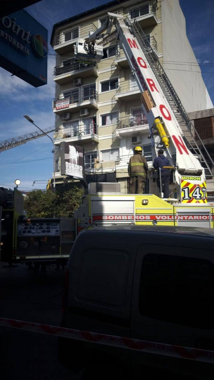FOTO: Incendio en Ramos Mejía,Buenos Aires: tres muertos. (FOTO @maverickmaxi)