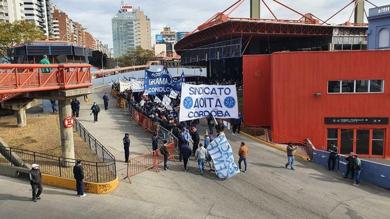 FOTO: Los choferes de Aoita marcharon y mostraron a un maniquí colgado como protesta.