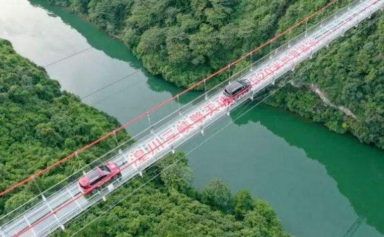FOTO: Inauguraron un puente de vidrio en China, por el que pueden circular vehículos.