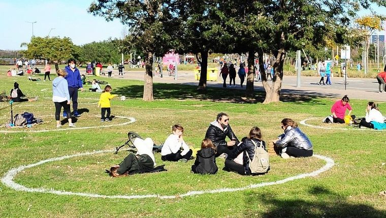 FOTO: La municipalidad de Vicente López dibujó círculos de distancia social en parques.