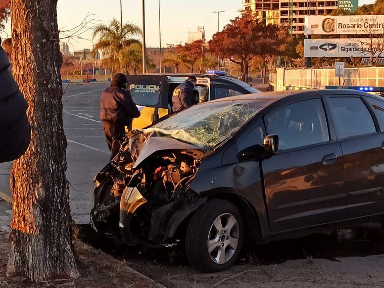 AUDIO: Murió un joven al chocar el auto contra un árbol en Rosario