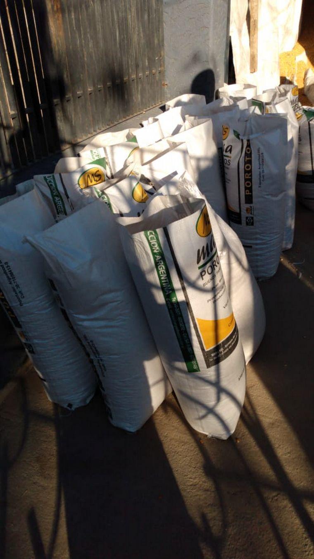 FOTO: Recuperan 5 toneladas de maíz robado de vagón descarrilado.