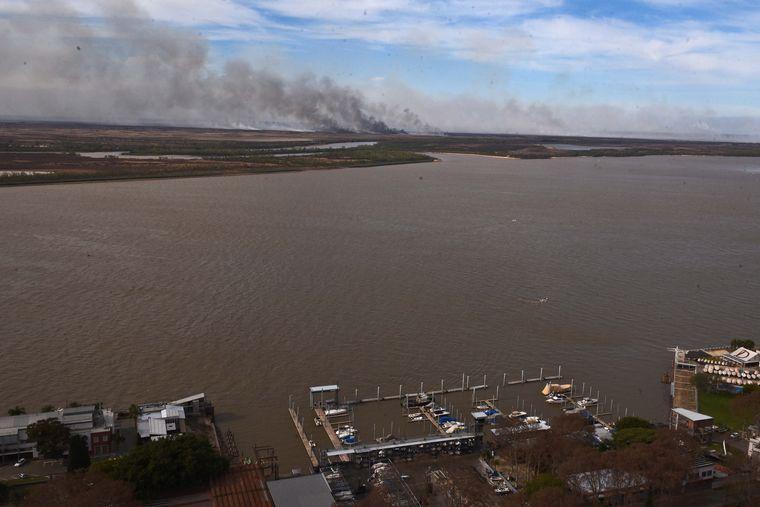 FOTO: Quema de humedales a orillas del Paraná