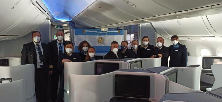 AUDIO: La insignia Patria con el personal de Air Europa que la trasladó a España.