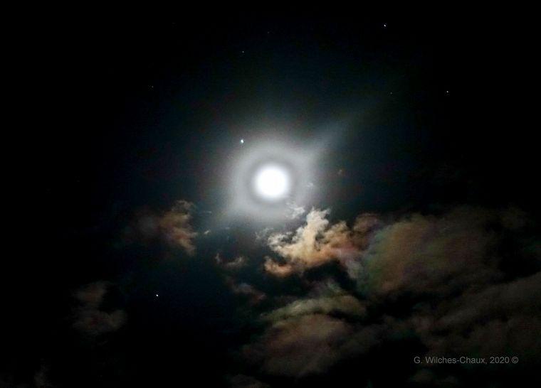 FOTO: La espectacular conjunción entre la Luna, Júpiter y Saturno (FOTO: @wilcheschaux)