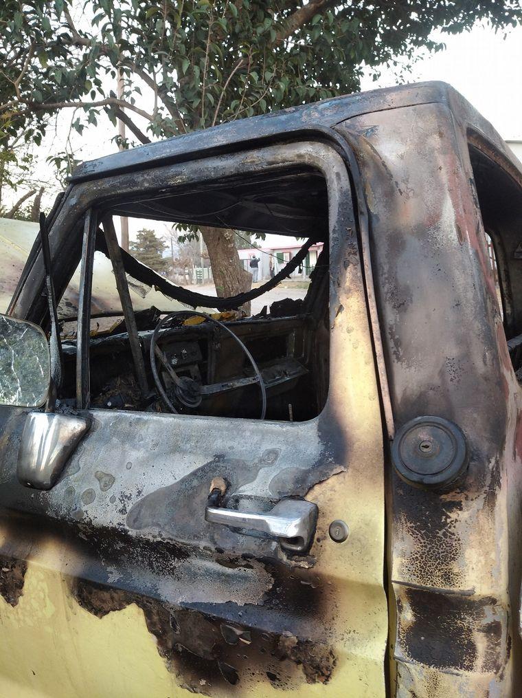 FOTO: Quemaron la camioneta de un cordobés sospechoso de coronavirus.
