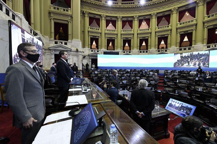 FOTO: El debate se realizó en una sesión mixta, con mayoría de legisladores online.