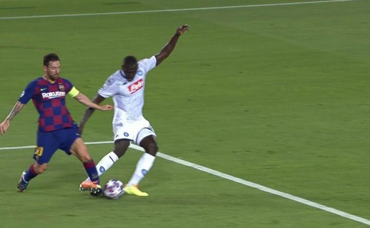 FOTO: Messi terminó en el suelo tras la falta de Kalidou Koulibaly.