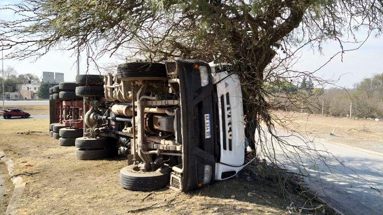 FOTO: Impresionante vuelco de un camión en La Calera.