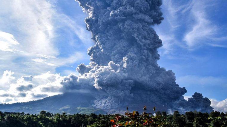 Volcán Sinabung expulsa una enorme columna de ceniza