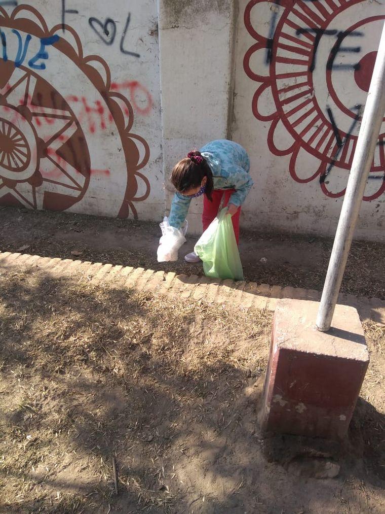 FOTO: Con 7 años, limpió la plaza y pegó carteles para los vecinos