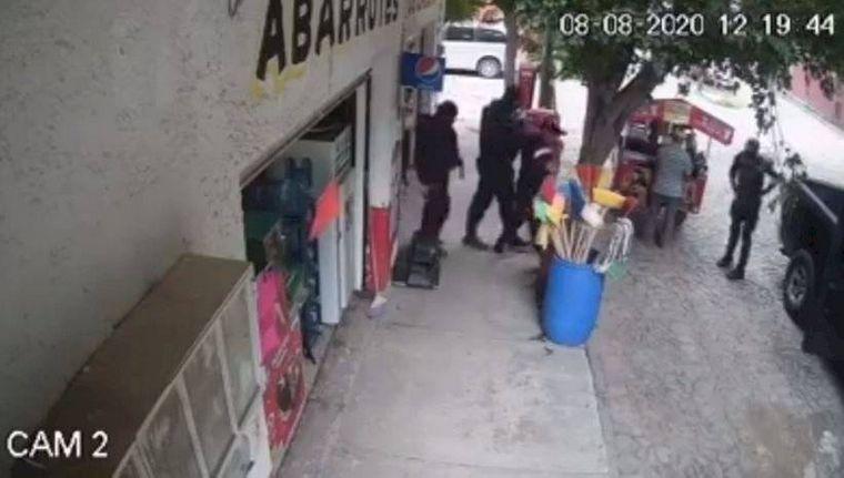 FOTO: Investigan secuestro de un comerciante por sujetos vestidos de policías en México