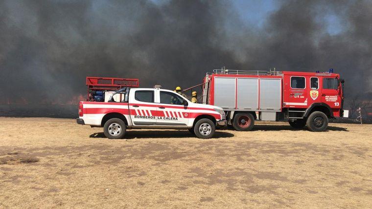 AUDIO: Bomberos combaten incendios en La Calera.