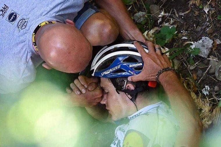 FOTO: Un ciclista cayó de un puente en la Vuelta de Lombardía