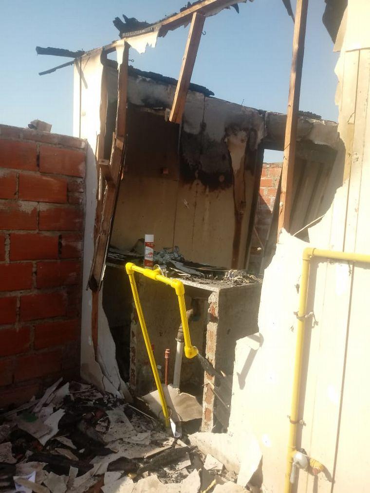 FOTO: Se prendió fuego la casa de un enfermero del Hospital San Roque.