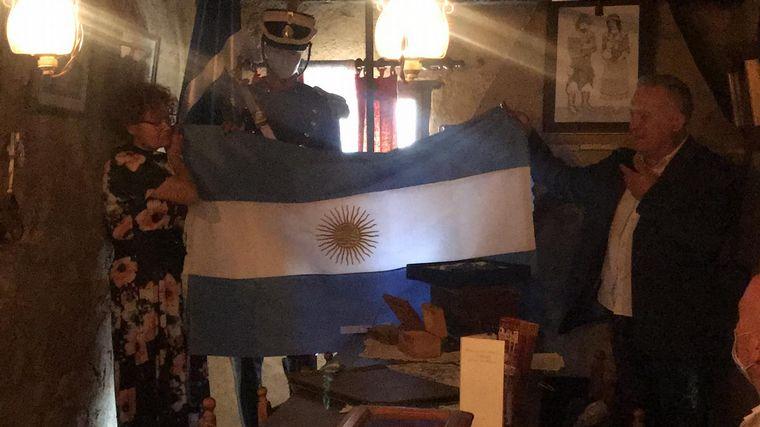 FOTO: Cadena 3 donó una bandera argentina a la casa museo de San Martín en Palencia.
