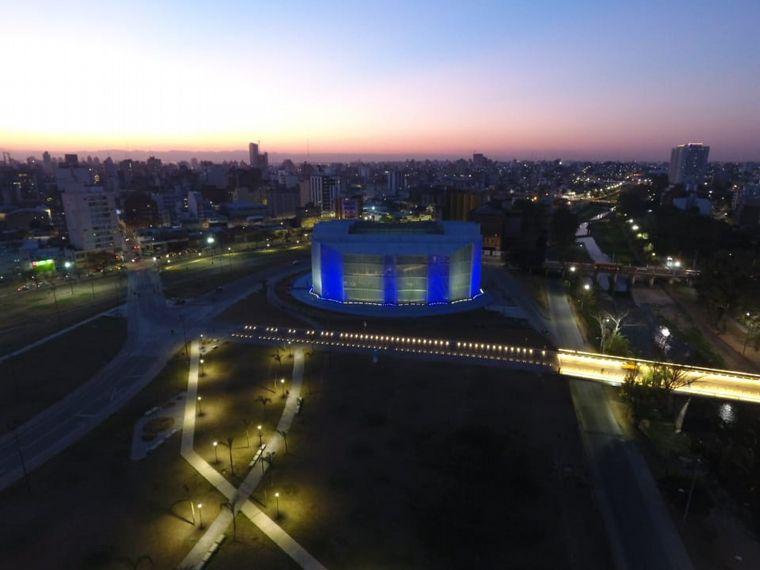 FOTO: La Legislatura se iluminó de celeste y blanco en memoria de San Martín.