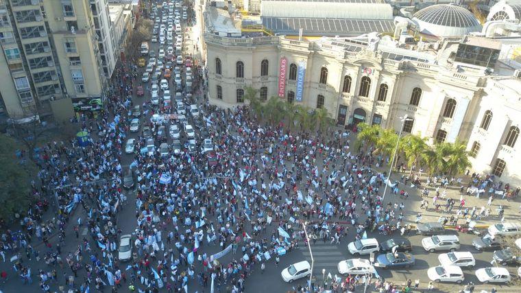 VIDEO: Masivo banderazo en Córdoba por el 17A