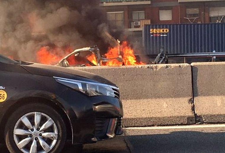 FOTO: Explotó un utilitario en la autopista General Paz en Buenos Aires (Fotos: Twitter).