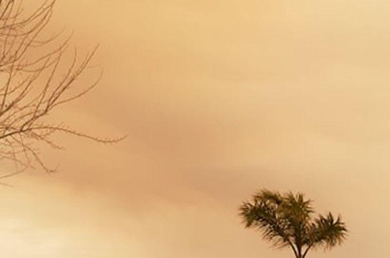 FOTO: Una columna de humo cubre parte de las sierras por incendios