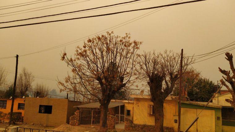 FOTO: El cielo serrano, oscuro por los incendios (Foto: Juan Pablo Viola)