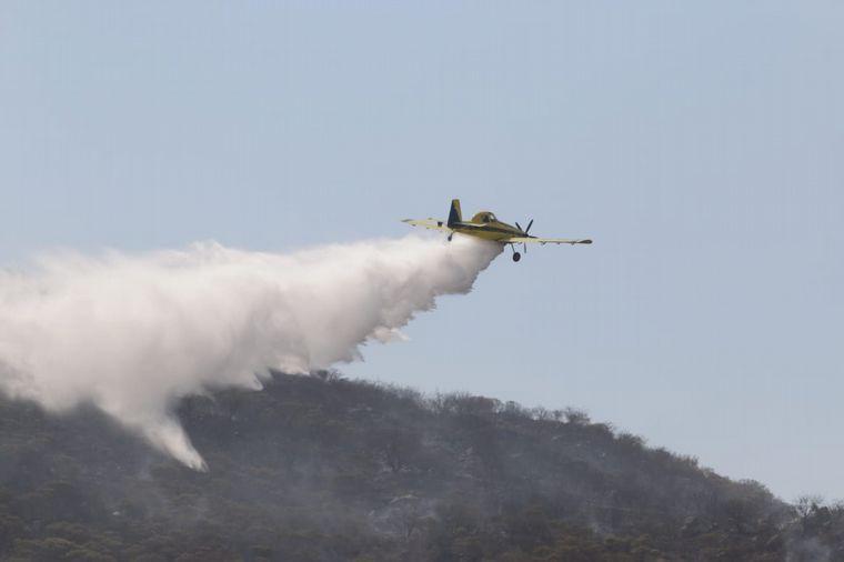 FOTO: Aviones hidrantes combaten las llamas cerca de La Calera.