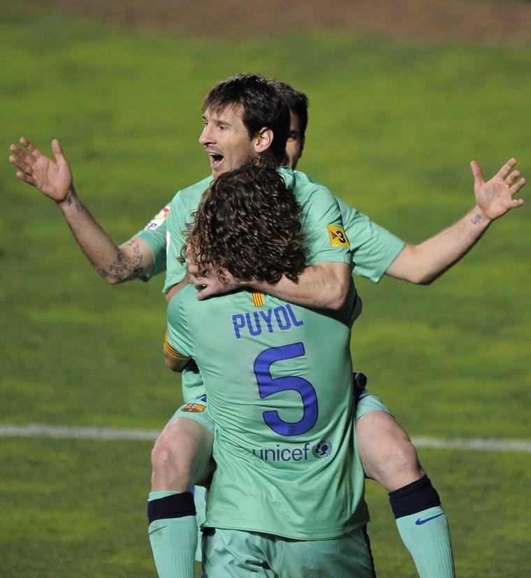 FOTO: Carles Puyol apoyó a Lionel Messi tras su anuncio.