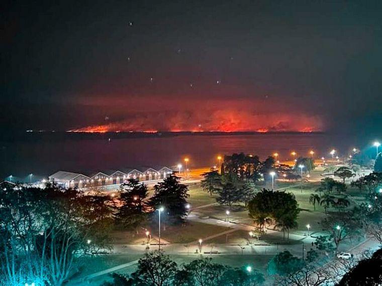 FOTO: El fuego de acerca a la zona del Paraná Viejo donde hay islas con viviendas.