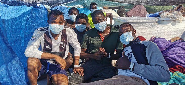 FOTO: El barco de rescate de migrantes financiado por Banksy pide socorro desde el mar.