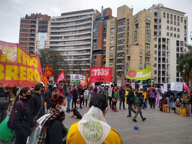 FOTO: Ambientalistas protestaron por los incendios en Patio Olmos.