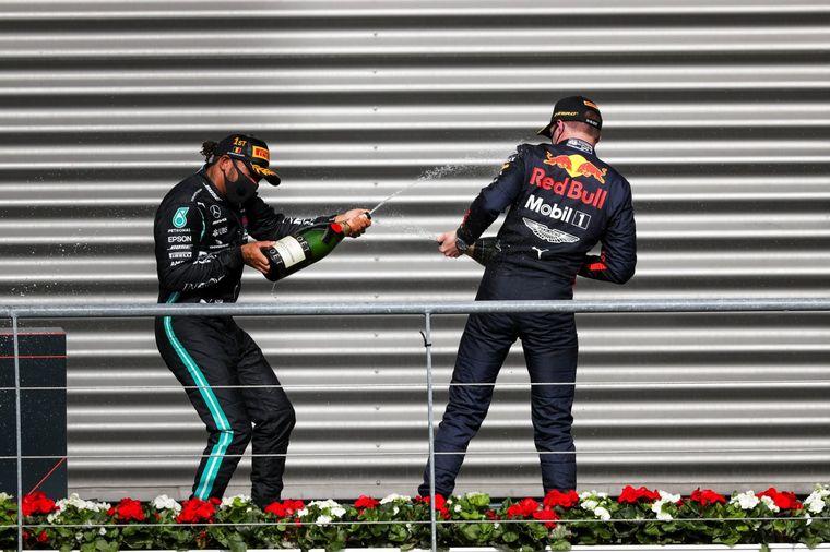 FOTO: Hamilton sigue regando con burbujas su reinado en la F1