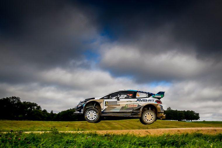 FOTO: Sebastien Ogier con Toyota líder, empatado con Esapekka Lappi (Ford)