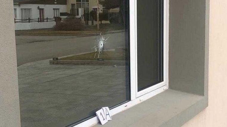 FOTO: Una de las balas dio en la pared mientras que la otra atravesó una ventana principal.