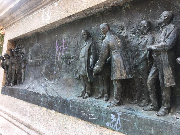 FOTO: Restauran las estatuas de la Plaza Velez Sarfield, en Córdoba