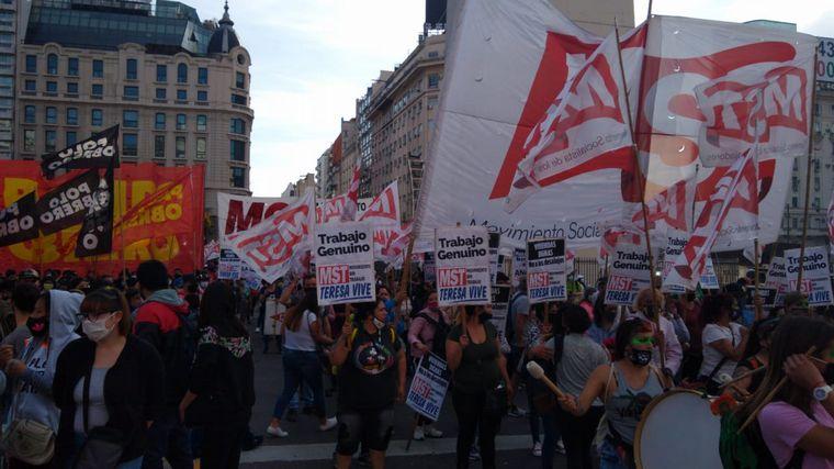 FOTO: Movimientos de izquierda reclamaron por salud y comida