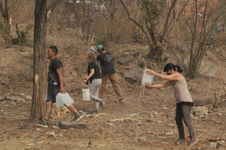 FOTO: Vecinos de Carlos Paz combaten los incendios forestales.