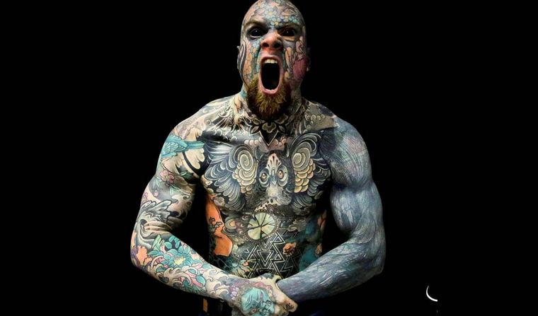Suspenden al profesor más tatuado del mundo porque sus alumnos se asustan