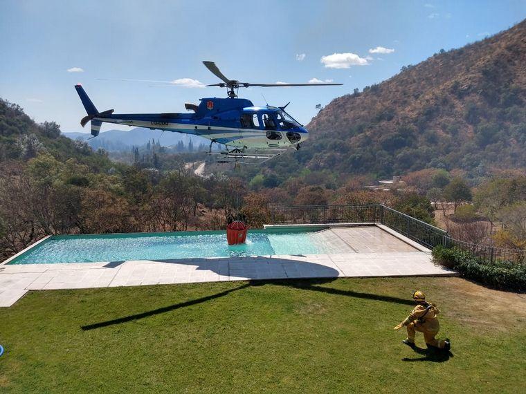 FOTO: Bomberos continúan combatiendo las llamas en las sierras de Córdoba.