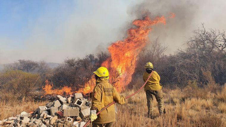 FOTO: El fuego continúa avanzando en las sierras cordobesas.