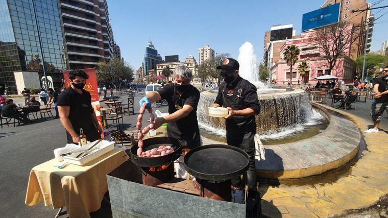 FOTO: Gastronómicos se concentran frente al Patio Olmos.