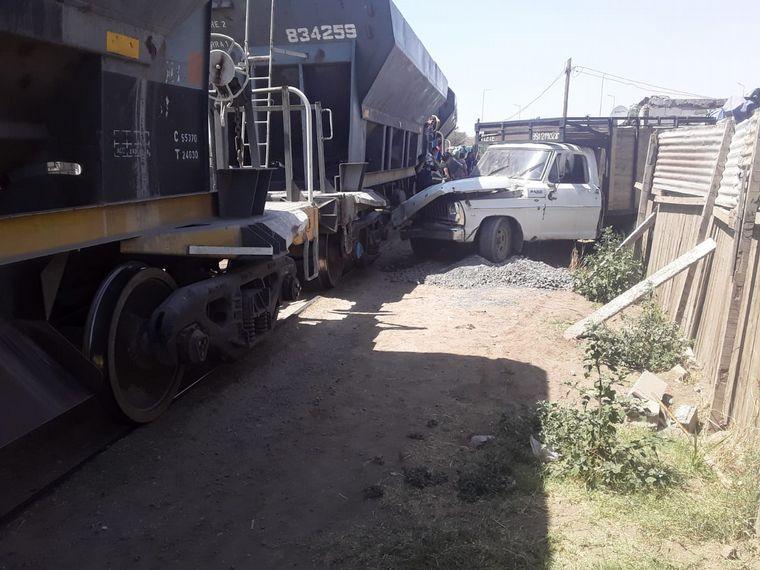 AUDIO: Un tren embistió a una camioneta que dañó una vivienda precaria: hubo agresiones
