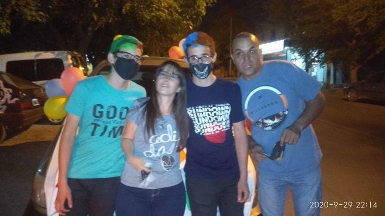 FOTO: San Juan: mellizos festejaron sus 18 con una caravana de autos