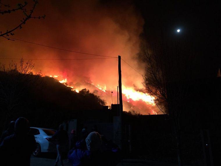 FOTO: Los bomberos siguen combatiendo el fuego en Córdoba.