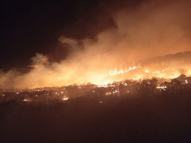 AUDIO: Controlan los incendios y bomberos siguen trabajando para evitar reinicios
