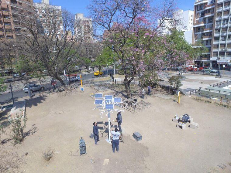 """FOTO: Instalaron el primer """"árbol solar"""" de la ciudad de Córdoba"""
