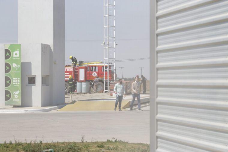FOTO: Un camión cisterna y un depósito de combustible se prendieron fuego